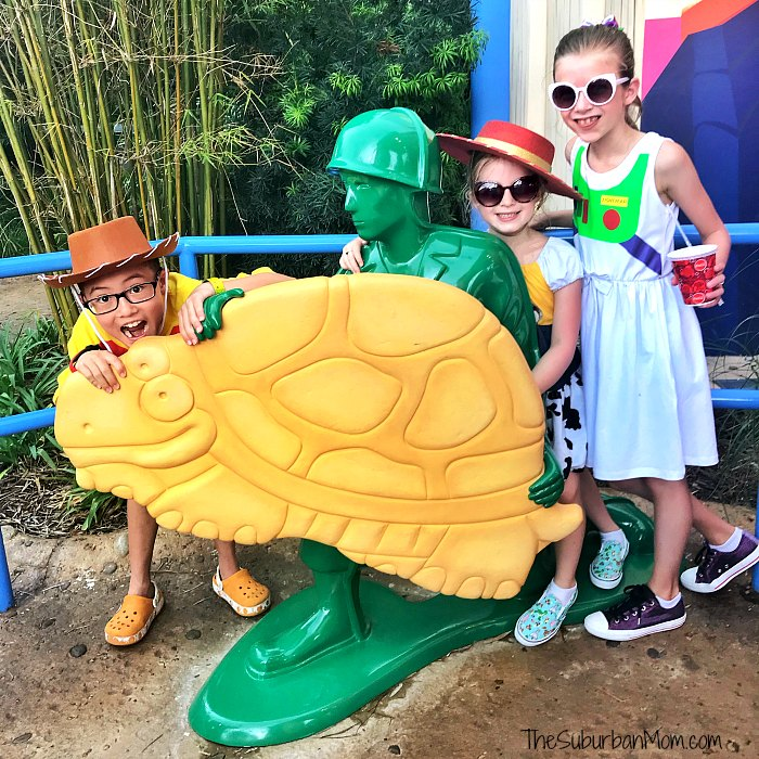 Toy Story Land Woody's Lunchbox Green Army Men